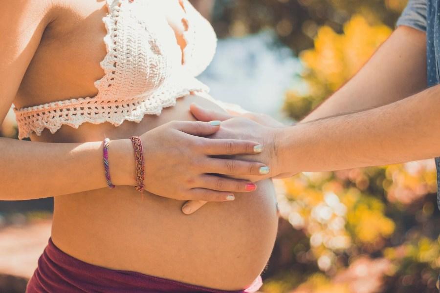 Femme enceinte, papa qui a les mains sur le ventre