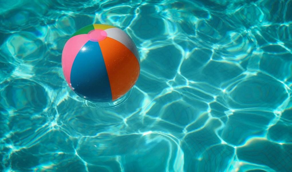 ballon gonflable multicolor dans une piscine
