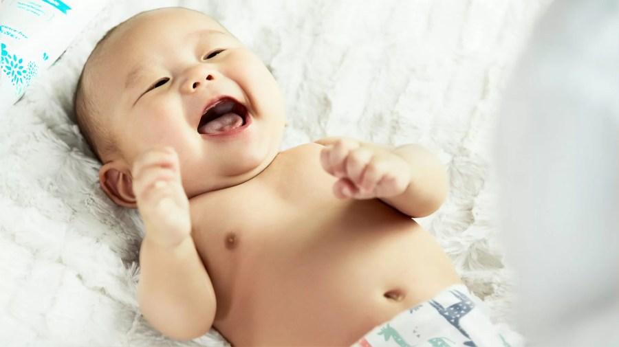 bébé heureux de changer sa couche