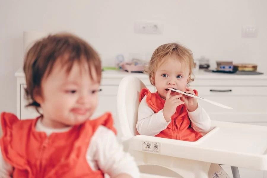 bébés jumeaux filles mangent