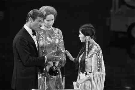 Sacheen Littlefeather declines Marlon Brando's Oscar in 1973