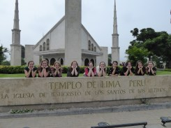 hermanas-in-front-of-temple
