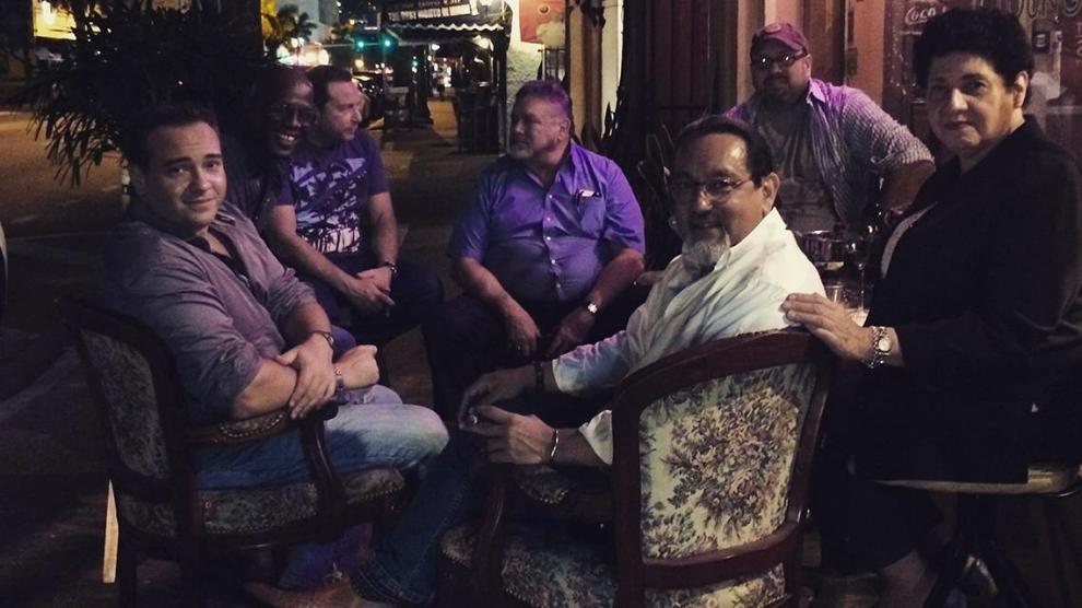 Un grupo de vecinos disfrutando de grandes momentos en la Pequeña Habana.