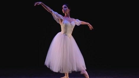 Kamila Moreira dancing