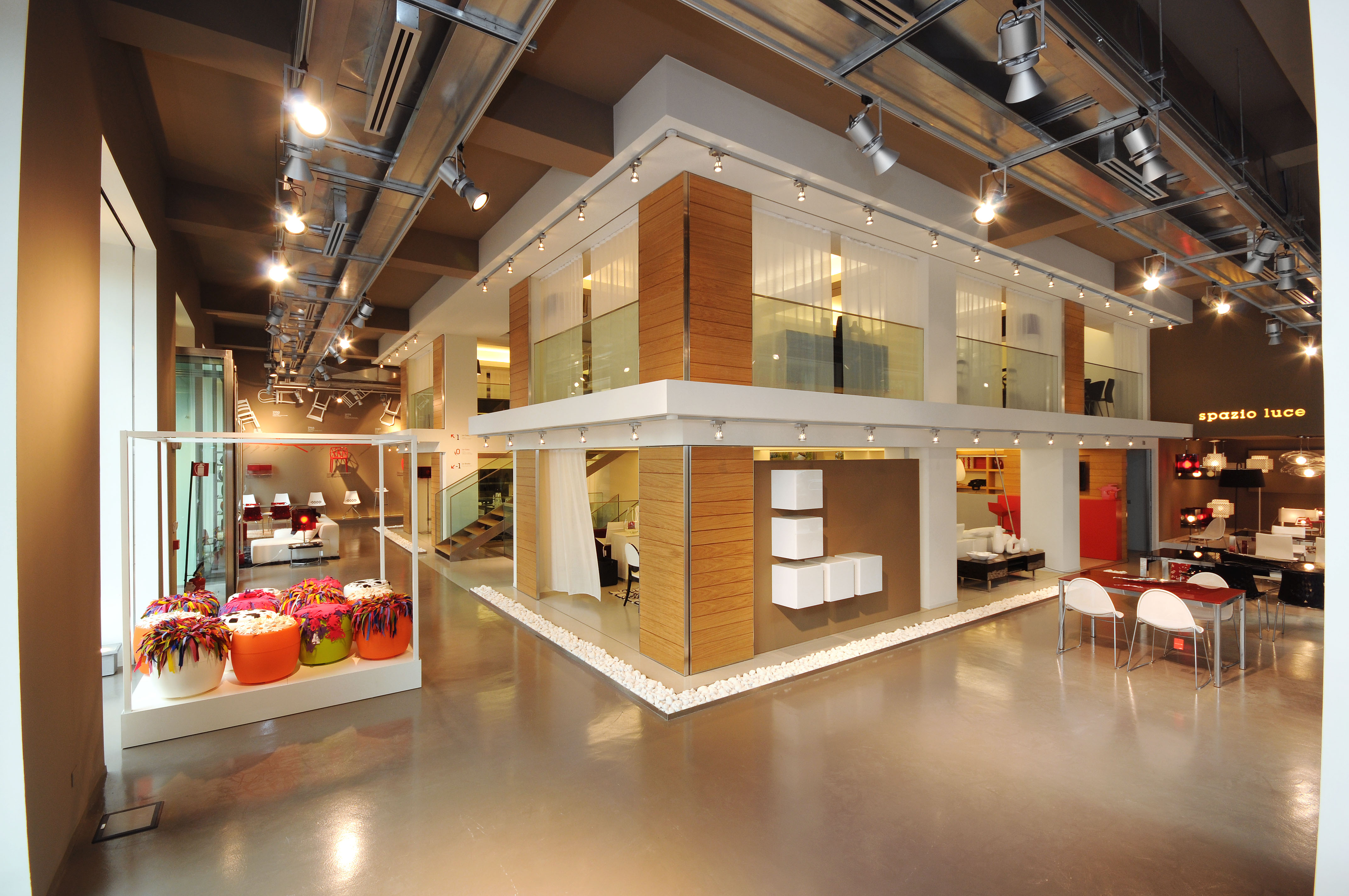 Photogallery flagship store milano calligaris italian for Store design milano