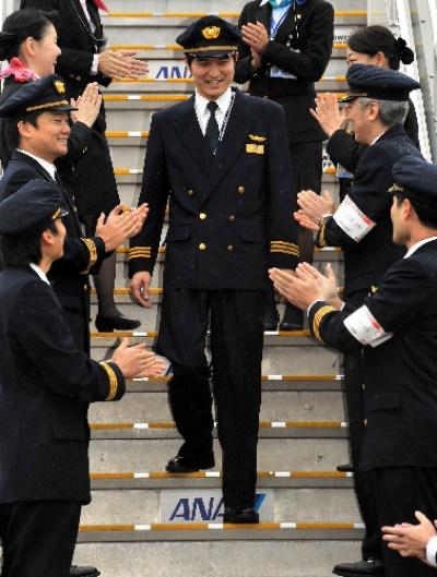 副操縦士としての最後の飛行を終え、タラップを降りる大西卓哉さん=25日、東京都大田区の羽田空港、中里友紀撮影