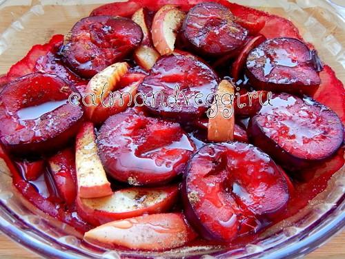 запеченные сливы с яблоками и мёдом