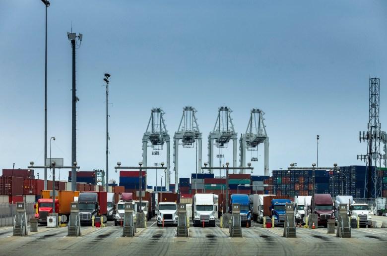 Los camiones se alinearon en el puerto de Long Beach. Imagen a través de iStock