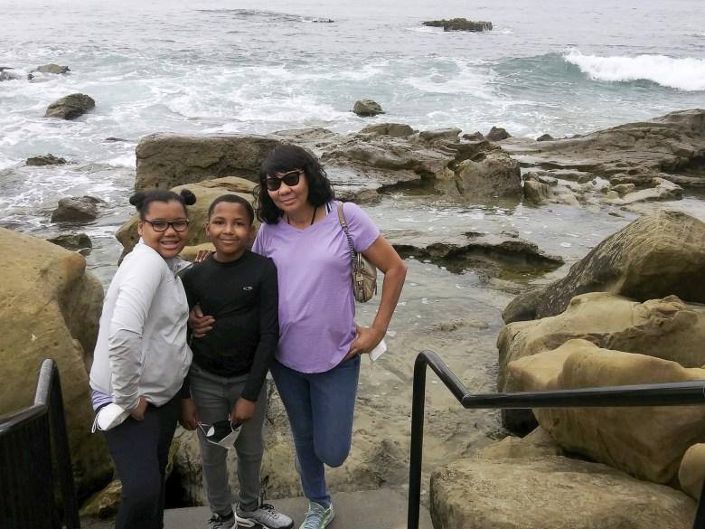 Carol Taylor, a la derecha, con los gemelos Taylor y Tyler. Foto cortesía de Carol Taylor