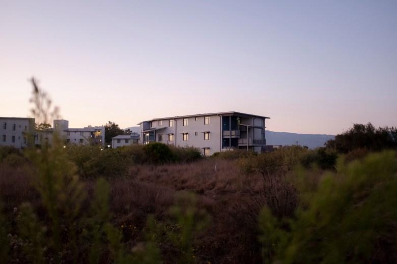 La luz del sol de la hora dorada se refleja en las ventanas del Rincon Hall de UC Santa Bárbara y #039; s el 4 de agosto de 2020. Casi todas las instalaciones de vivienda propiedad de la universidad permanecieron vacías durante el trimestre de invierno después de cerrar en marzo pasado después de una transición en toda la UC a la instrucción remota. Foto de Max Abrams para CalMatters
