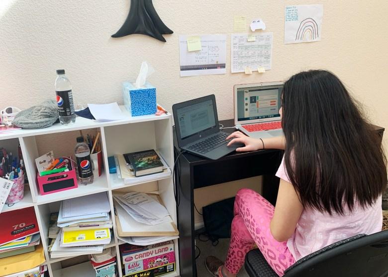 Hannah, de 12 años, trabaja en su computadora en casa. En el otoño, comenzó a recibir terapia del habla y del comportamiento en línea. Foto cortesía de Claire Lazaro