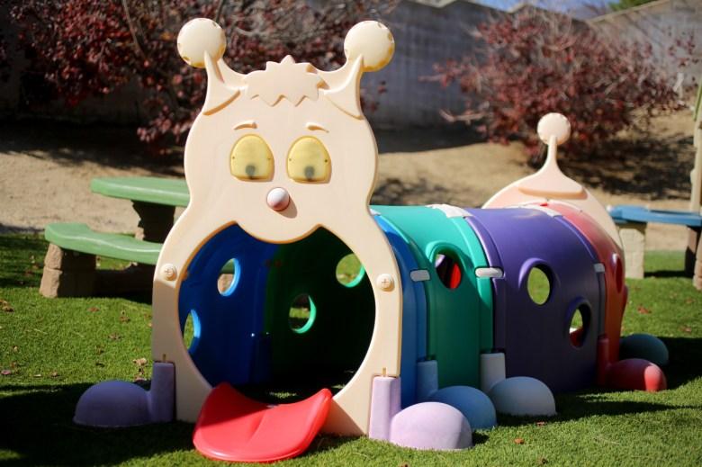 Un juego ambientado en el patio trasero de Cynthia Bassett en San Bernardino el 16 de marzo de 2021. Cynthia está esperando que la gente inscriba a sus hijos en su guardería. Hasta entonces, los juguetes y juegos de juegos no se utilizan. Foto de Shae Hammond para CalMatters
