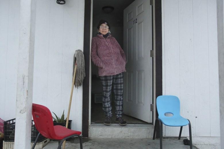 María Reyes, una campesina de Mendota, enfermó de COVID-19 en diciembre, pero no quiso ir a una habitación de hotel porque no quería dejar sola a su hija adolescente. Foto de Gary Kazanjian
