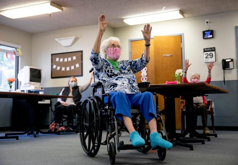 Betty Carter, centro, participa en ejercicios grupales durante un período de actividad con otros miembros de su cohorte en Lincoln Glen Skilled Nursing Facility en San José el 29 de marzo de 2021. Foto de Anne Wernikoff, CalMatters