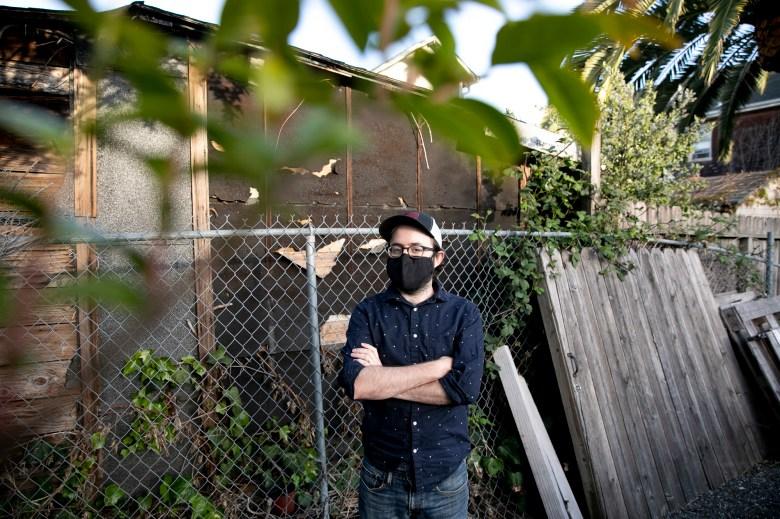Ryan Furtkamp, quien debe $25k en alquiler atrasado pero no es elegible para el alivio del alquiler debido a la mudanza de apartamentos, fotografiado en su casa de Oakland el 20 de abril de 2021. Foto de Anne Wernikoff, CalMatters