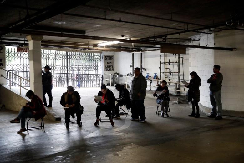 Los trabajadores de la industria hotelera sindicalizados esperan en fila en un garaje del sótano para solicitar beneficios de desempleo en la Hospitality Training Academy en Los Ángeles el 13 de marzo de 2020. Foto de Marcio Jose Sanchez, AP Photo