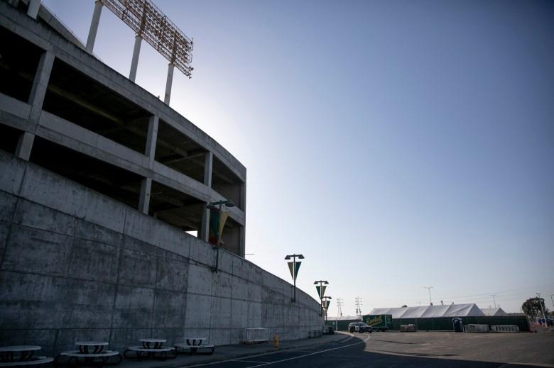 Las carpas que albergan el sitio de vacunación Coliseum COVID se pueden ver al fondo detrás del estadio de los Atléticos el día de la inauguración. El sitio de vacunación, que se administra como una asociación entre FEMA y la Oficina de Servicios de Emergencia de California, ha administrado más de 292,000 dosis desde su apertura hace seis semanas. Foto de Anne Wernikoff, CalMatters