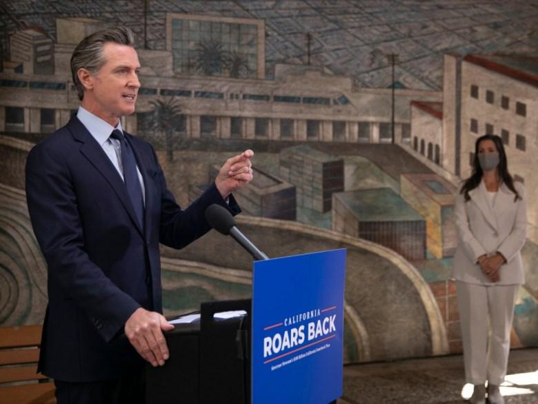 El gobernador Gavin Newsom llevó a cabo una serie de eventos de una semana que promovieron $ 100 mil millones en propuestas para gastar la bonanza presupuestaria del estado. Comenzó el 10 de mayo de 2021 en el Unity Council en Oakland para anunciar más devoluciones de impuestos. Foto de Anne Wernikoff, CalMatters
