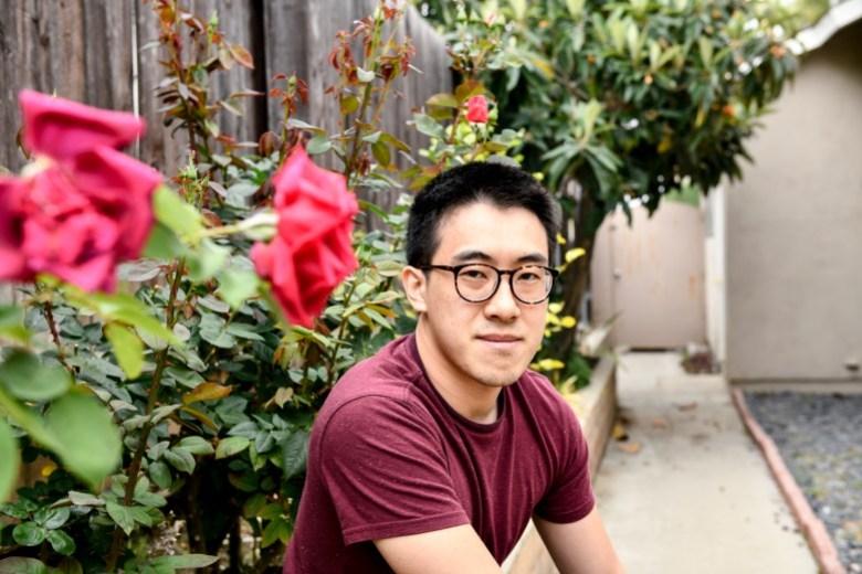 """El estudiante graduado de SF State, Richard Lin, posa para un retrato en su casa en Rowland Heights el 11 de mayo de 2021. """"Creo que mucha gente se ha activado después de los ataques a los vulnerables y ancianos"""". Foto de Pablo Unzueta"""