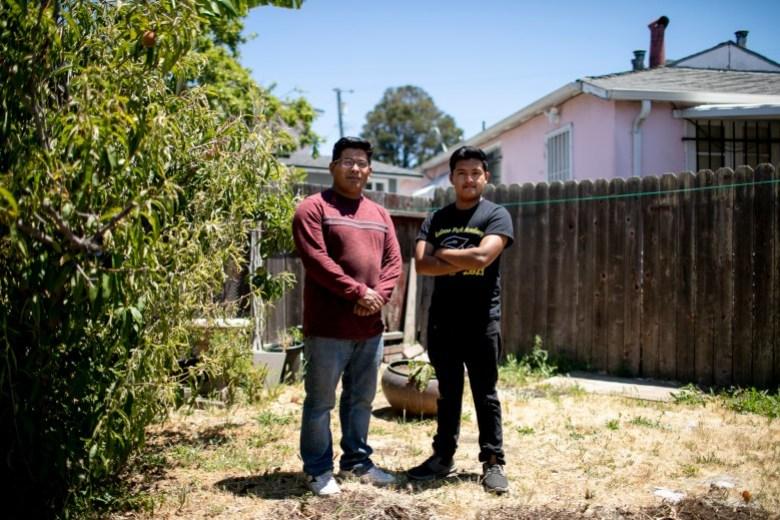 Eduardo con su padre Emilio en el patio trasero de su casa. Foto de Anne Wernikoff, CalMatters