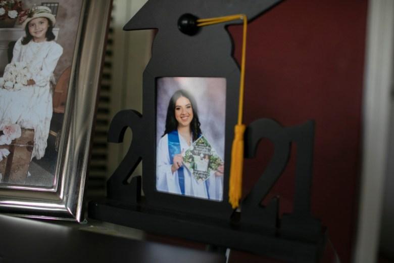 La foto de graduación de Claudeth exhibida en su sala de estar. Foto de Anne Wernikoff, CalMatters