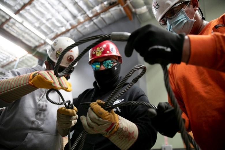 Los aprendices clasifican cables llamados gargantillas en Iron Workers en Benicia el 20 de junio de 2021. Foto de Anne Wernikoff, CalMatters