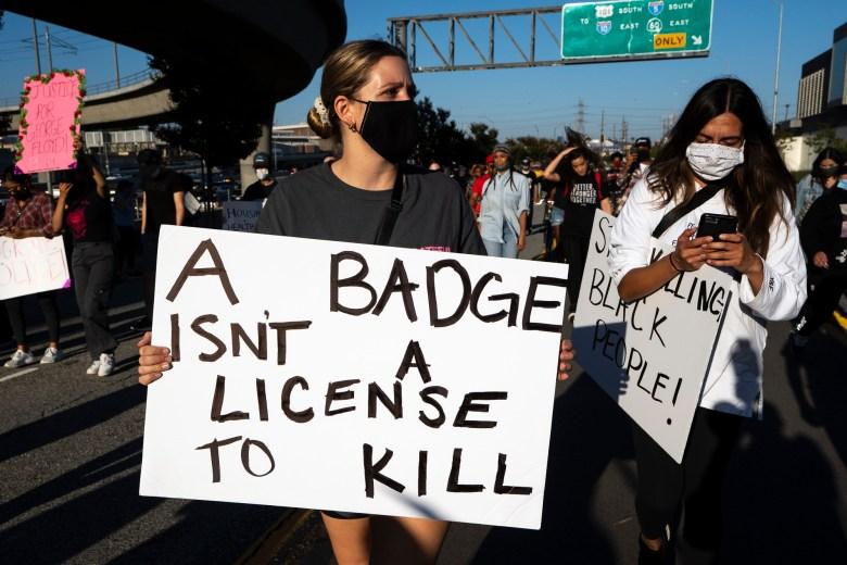 Manifestantes que participan en una protesta contra la brutalidad policial tras el asesinato de George Floyd, en Los Ángeles el 27 de mayo de 2020. Foto de Ronen Tivony / Sipa USA vía AP Images