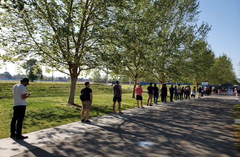 Las personas hacen fila para recibir la vacuna Pfizer COVID-19 en CSU Bakersfield el 7 de abril de 2021. Foto de Mikhail Zinshteyn, CalMatters