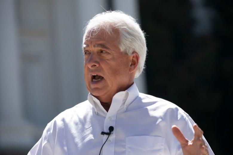El candidato republicano a la revocatoria, John Cox, ofrece una conferencia de prensa en el Capitolio estatal el 5 de agosto de 2021. Foto de Anne Wernikoff, CalMatters