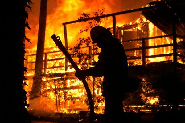photo of Sacramento Metropolitan firefighters battle the Camp Fire. Photo by Karl Mondon/Bay Area News Group