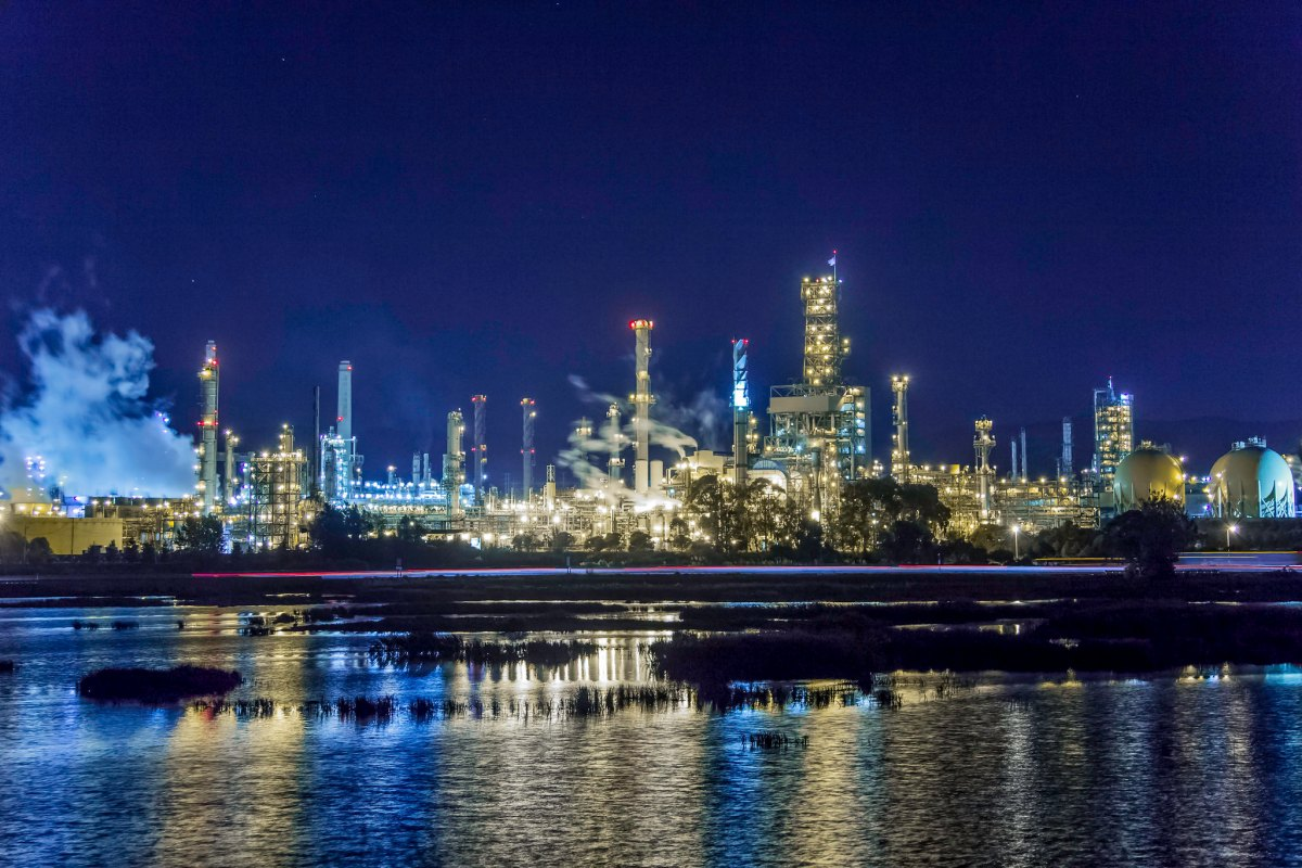 Shell oil refinery in Martinez, California; the state could have a new cap-and-trade partner if Oregon's new carbon trading bill passes.
