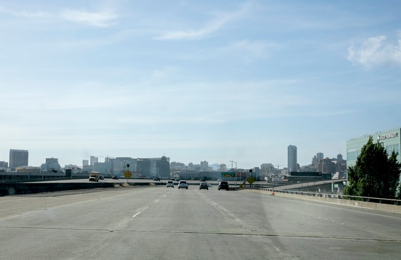 A small number of cars drive along 101 entering San Francisco at evening rush hour on May 7, 2020. San Francisco county has announced it will maintain shelter in place order through the end of May. Photo by Anne Wernikoff for CalMatters