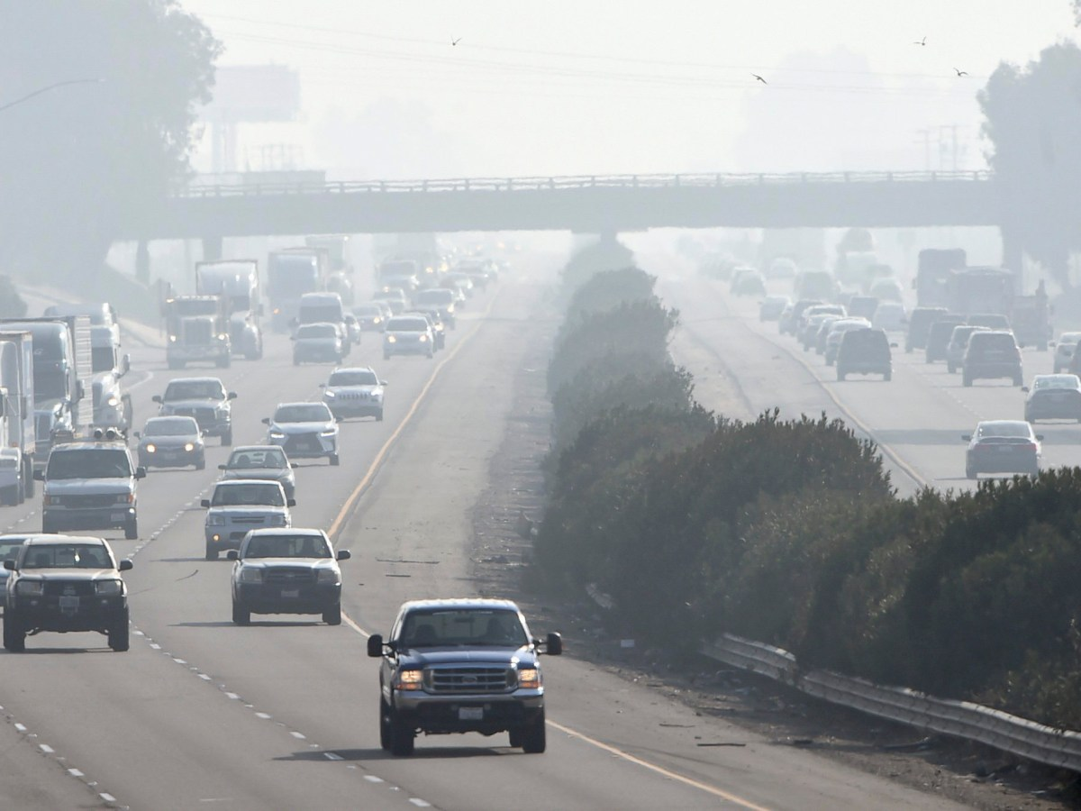 Bad air day along 99 south of Fresno, Thursday morning Dec. 28, 2017. Photo by John Walker, The Fresno Bee
