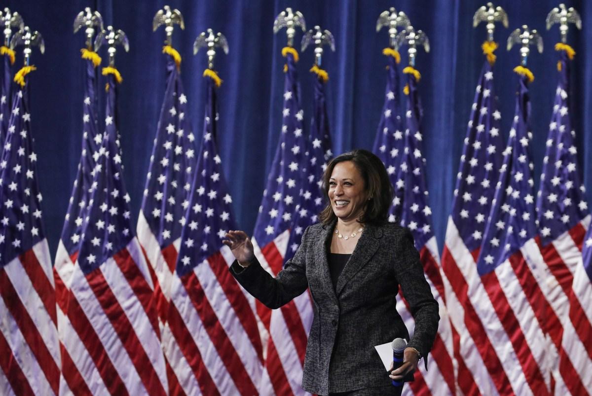 La entonces candidata presidencial demócrata, la senadora Harris, sube al escenario durante un foro sobre seguridad de armas, el 2 de octubre de 2019, en Las Vegas. Hoy Joe Biden anunció a la senadora como su compañera de fórmula. Foto de John Locher, AP Photo