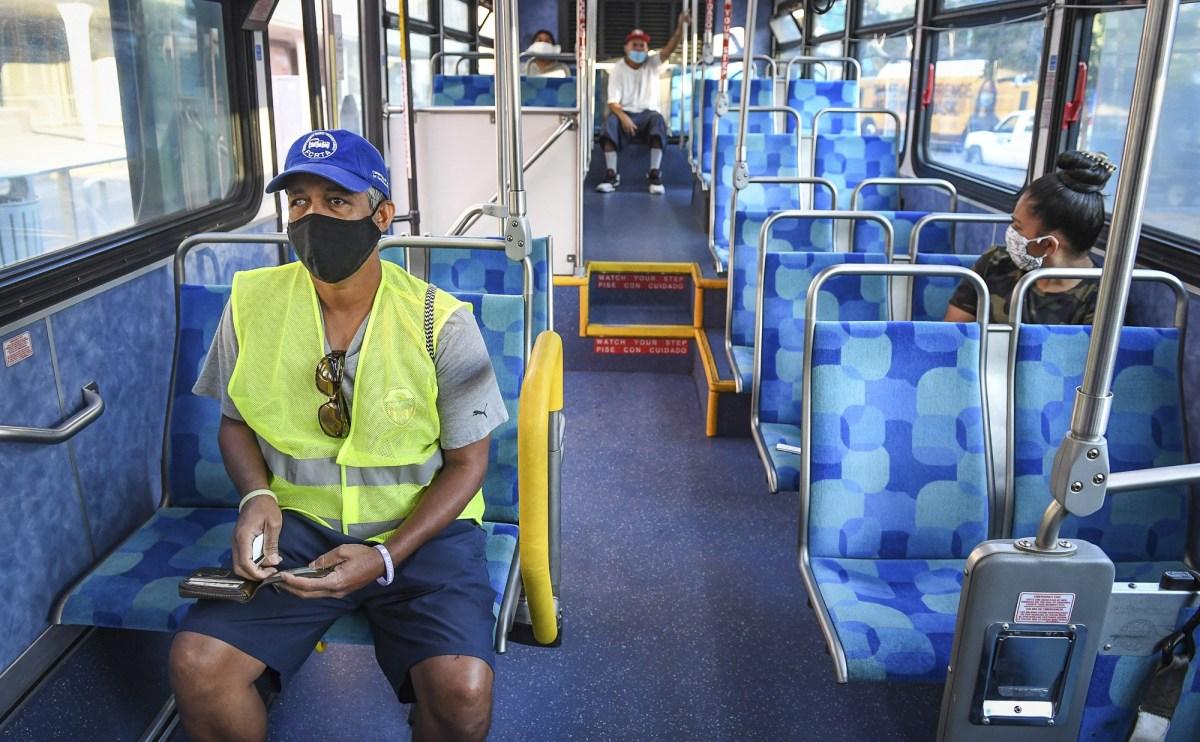 Yonas Paulos, que tiene problemas de visión y depende de los autobuses para ir a sus citas médicas, toma asiento en un autobús de Fresno Area Express en el centro de Fresno el 28 de agosto de 2020. Le preocupa contraer el coronavirus mientras viaja en el autobús o espera en una parada. Fotografía de Craig Kohlruss, The Fresno Bee