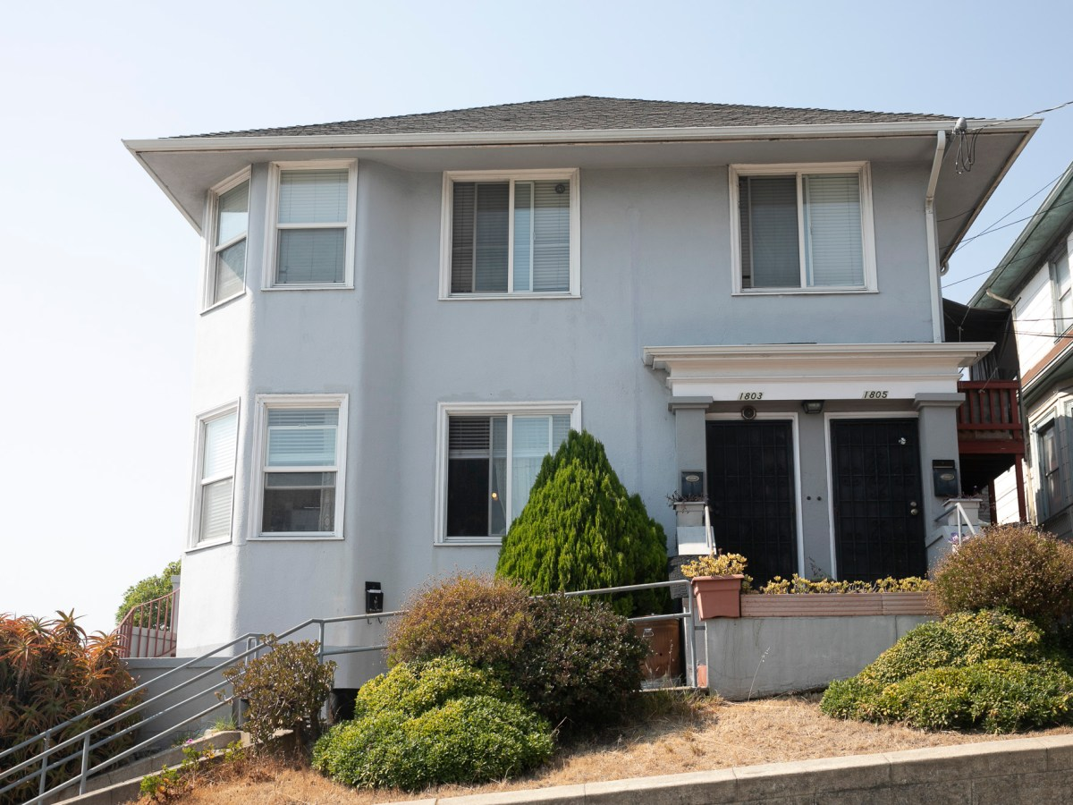 A multi-family home in Oakland on Sept. 2, 2020. Photo by Anne Wernikoff for CalMatters