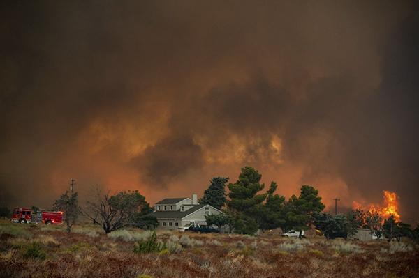 Bobcat fire burns through Juniper Hills on September 18, 2020. Photo by Sarah Reingewirtz, Los Angeles Daily News/SCNG