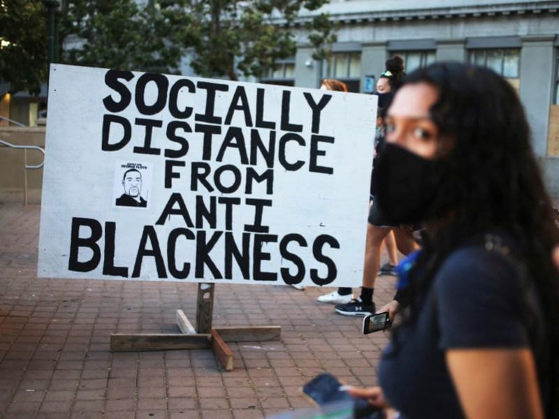 Manifestantes llegan a la Plaza Frank Ogawa durante el quinto día de protestas por la muerte de George Floyd por la policía de Minneapolis en Oakland el 2 de junio de 2020. El proyecto de ley 3121 de la Asamblea autorizó a la Legislatura en agosto y, si lo firmaba el gobernador Gavin Newsom, establecería un grupo de trabajo de nueve personas para estudiar las propuestas de reparación para más de 2 millones de afroamericanos en California. Fotografía de Ray Chávez, Bay Area News Group