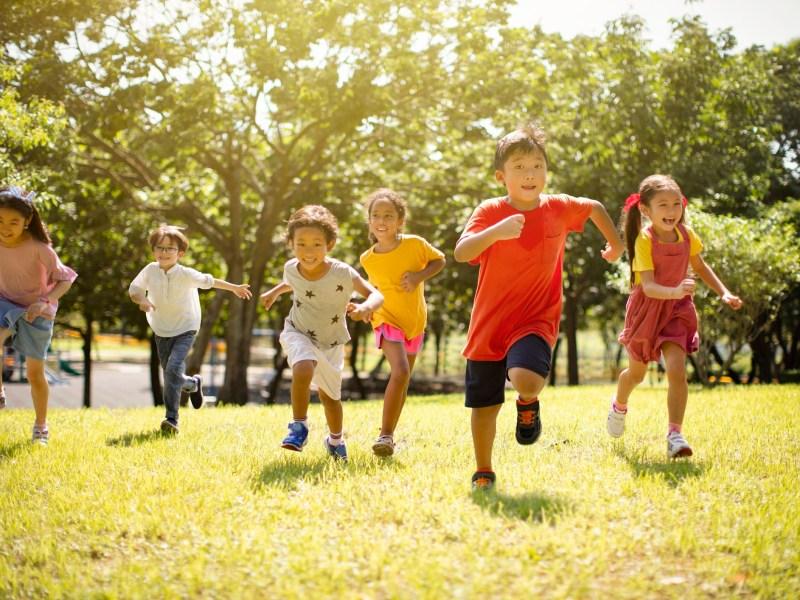 California tiene menos niños, pero se enfrentan a mayores desafíos, desde la pobreza hasta COVID. Imagen vía iStock