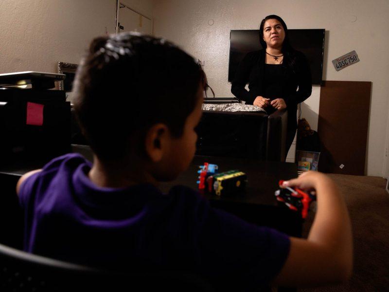 Alma Jimenez, derecha, está parada en su sala de estar mientras su hijo Abraham, 7, izquierda, juega en la mesa en su casa en Concord, Calif., el miércoles 30 de septiembre de 2020. Foto: Randy Vázquez/ Bay Area News Group