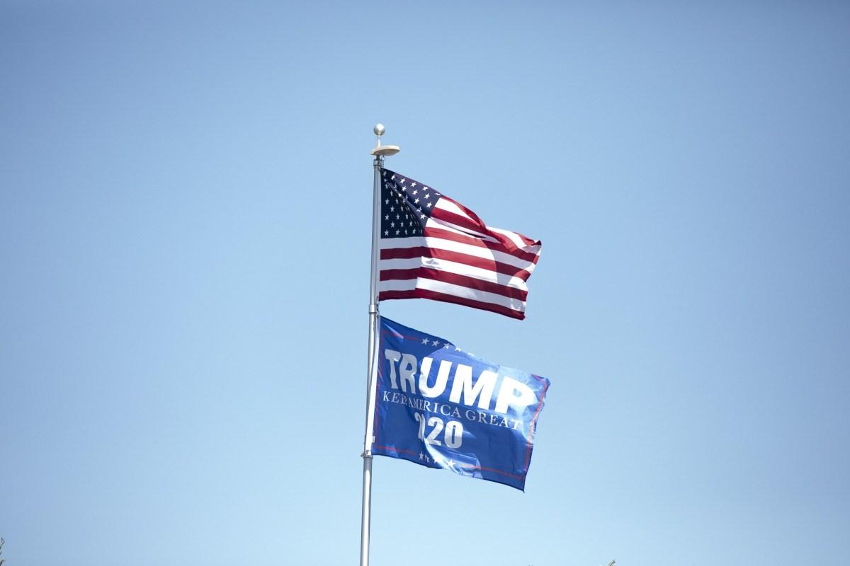 Una bandera de Trump 2020 ondea sobre las casas en Oakdale, donde aproximadamente un tercio de la población se identifica como latina, el 6 de mayo de 2020. Foto de Anne Wernikoff para CalMatters