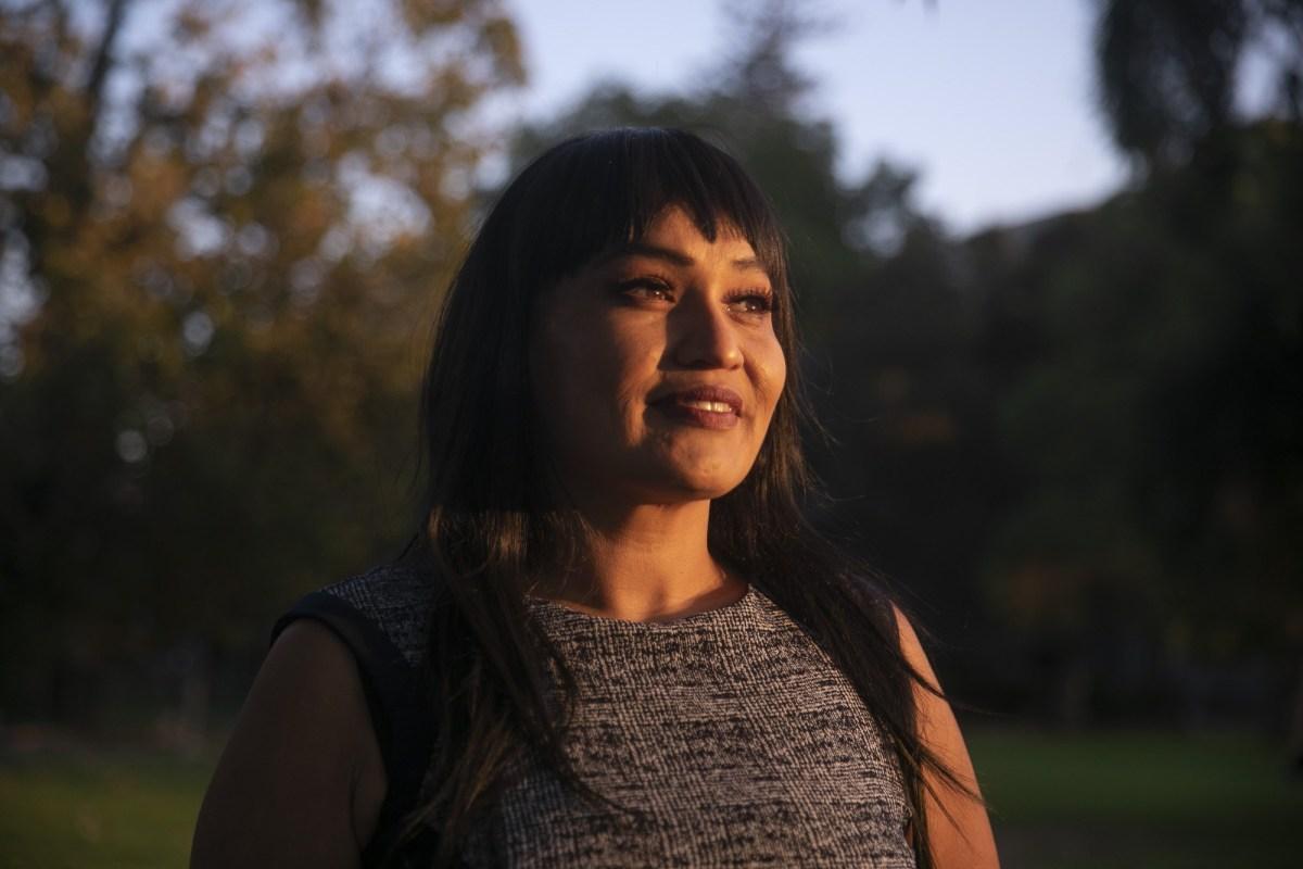 Nona Claypool, estudiante de tercer año en UC Berkeley y coordinadora de estudiantes transferidos, en Mosswood Park en Oakland el 28 de octubre de 2020. Claypool, quien enfoca su trabajo en reclutar estudiantes transferidos nativos americanos de colegios comunitarios, dice que a menudo son los estudiantes quienes se beneficiarían más de la educación superior que no pueden acceder a ella. Foto de Anne Wernikoff para CalMatters