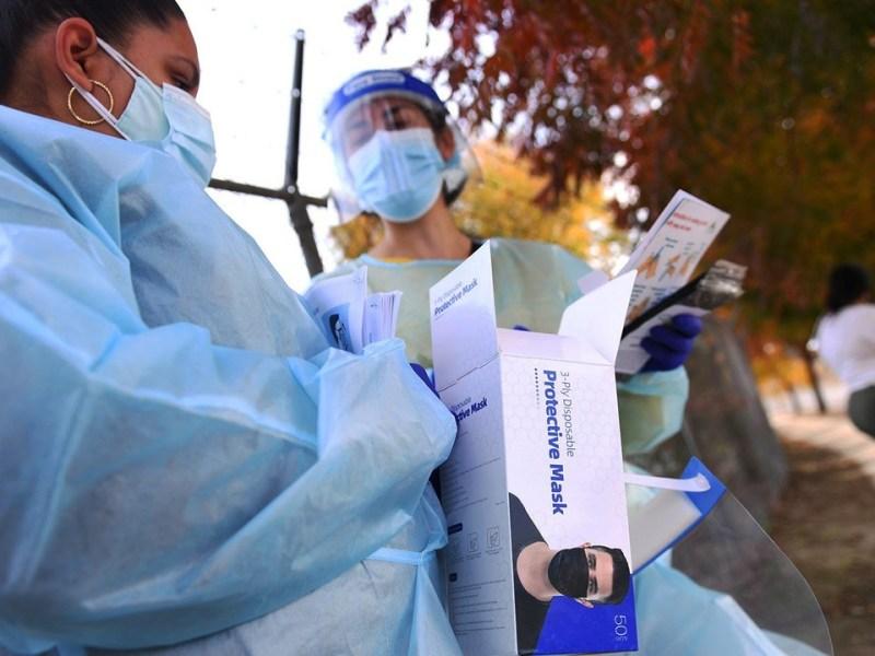Los trabajadores de la salud esperan para ofrecer pruebas de COVID-19 en la iglesia Cristo Rey el viernes 20 de noviembre de 2020 por la tarde en Málaga, al sur de Fresno. Foto de Eric Zamora, The Fresno Bee