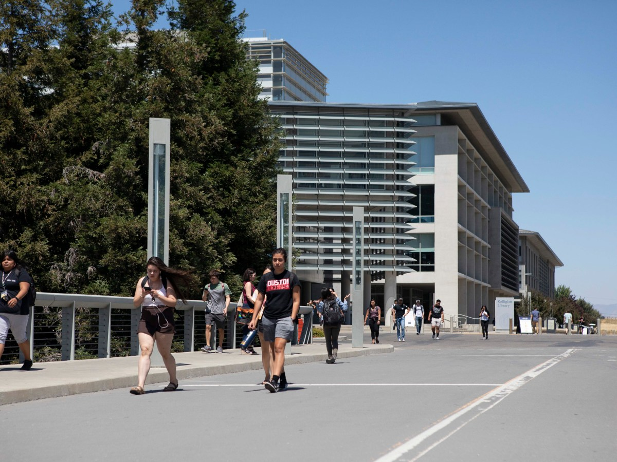 Students walking across UC Merced campus on August 2, 2019. Photo by Anne Wernikoff for CalMatters