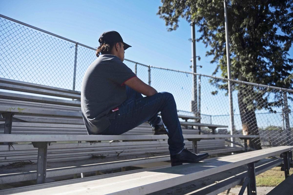 Isaac Portillo, estudiante de C.A.T.S, se sienta en el Bethune Park de Sur Centro LA el 29 de noviembre de 2020. Foto de Tash Kimmell para CalMatters