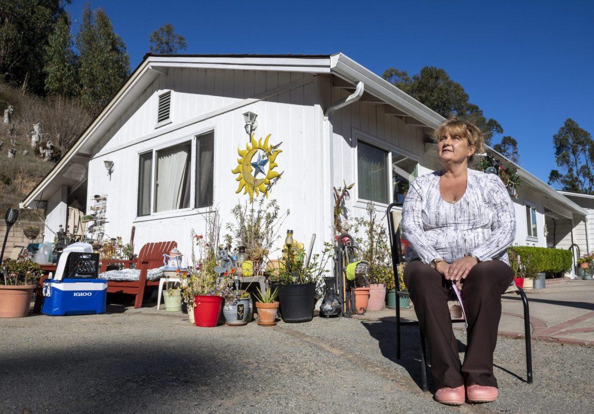 Susan Brzovich se sienta en frente de la unidad de dos habitaciones que alquila en Prunedale el 27 de noviembre de 2020. Foto de David Rodríguez, The Salinas Californian