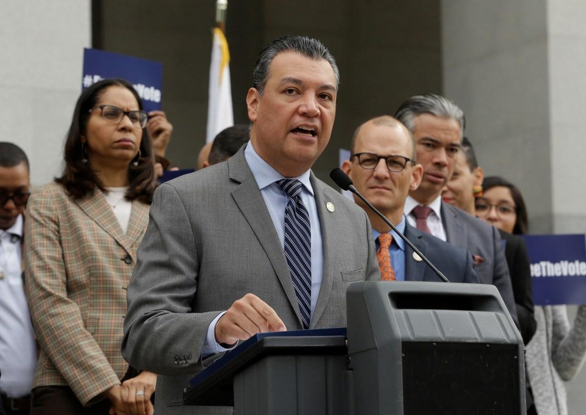 El secretario de Estado de California, Alex Padilla, habla durante una conferencia de prensa el 28 de enero de 2019 en el Capitolio de Sacramento. Padilla ha sido nombrado la elección de Newsom para el Senado de los Estados Unidos. Foto de Rich Pedroncelli, AP Foto