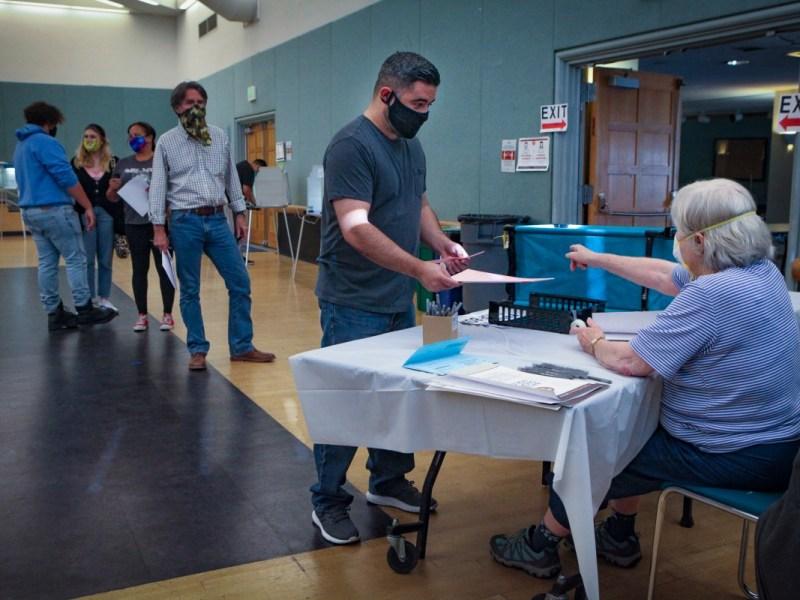 Un flujo constante de votantes del condado de Sonoma fue al lugar de votación en el Centro Comunitario de Petaluma en Lucchesi Park para emitir sus votos el 3 de noviembre de 2020. Foto de Crissy Pascual, personal de Argus-Courier