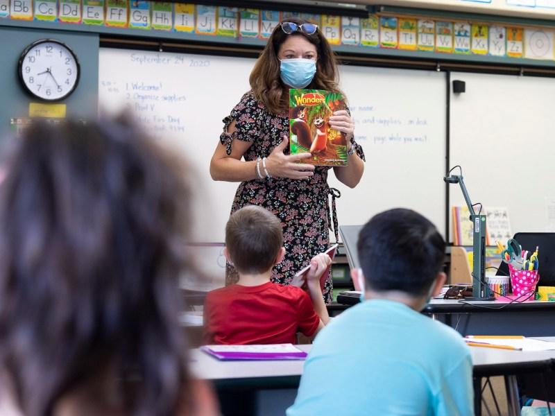 La maestra de primer grado Mary Samis dio instrucciones a los estudiantes el primer día de clases presenciales en la escuela primaria Arroyo Vista en Rancho Santa Margarita el 29 de septiembre de 2020. Foto de Paul Bersebach, Orange County Register / SCNG