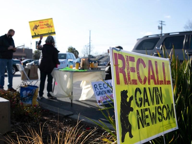 Los voluntarios de la campaña Recall Newsom 2020 celebran un evento de firma de peticiones en SaveMart en Sacramento el 5 de enero de 2020. Foto de Anne Wernikoff para CalMatters